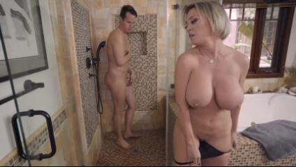 ألام تنضف ابنها في الحمام , سكس مترجم كامل