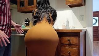 الابن يستغل الفرصة وينيك زوجة ابوه العالقة في المطبخ
