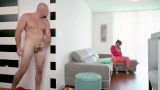 الخادمة الممحونة تجلخ على صاحب المنزل