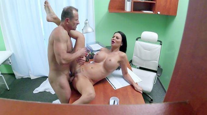 الطبيب يستغل المريضة - مقاطع سكس خفي