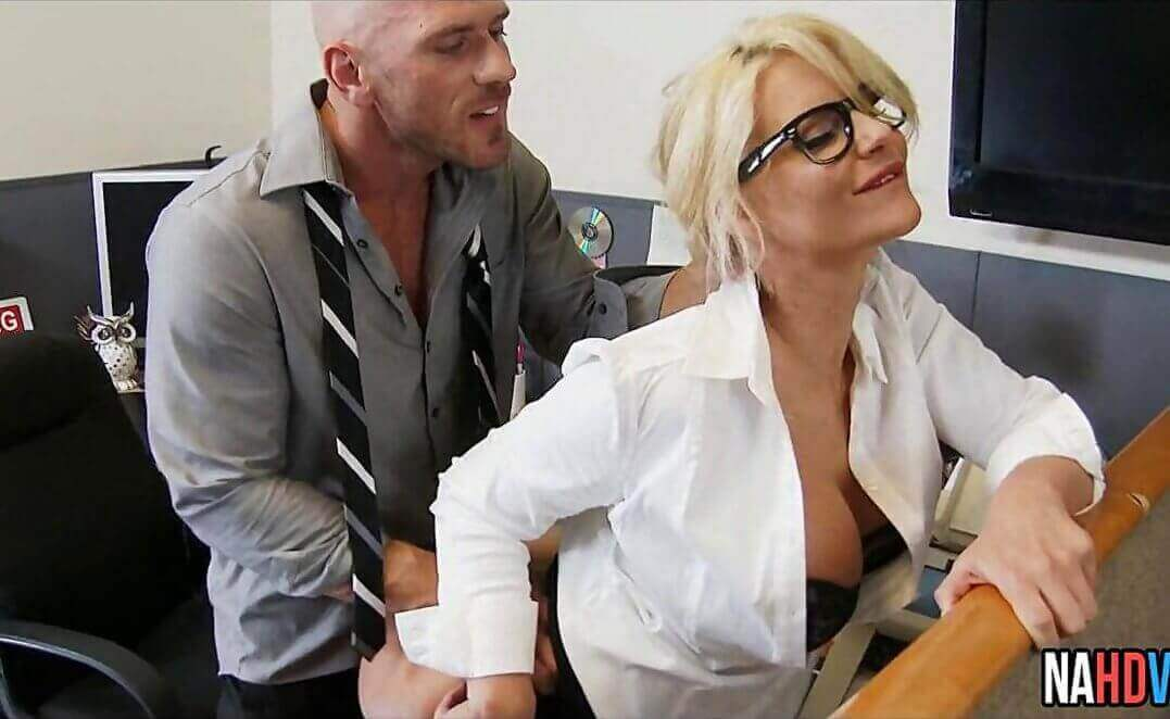 المدير يستغل سكرتيرته لينيكها في المكتب سكس ساخن