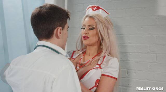 سكس الدكتور والممرضة الممحونة يتناكو