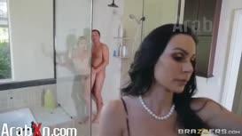 ينيك صديقته في الحمام و الام تنضم نيك مترجم